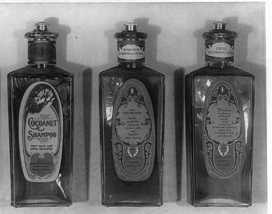 nafta kosmetyczna - stare butelki na szampony